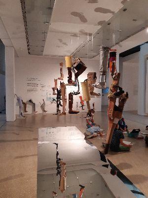 Ausstellungsraum mit 10 Beinprothesen im Museum Ulm